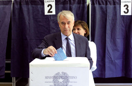 Giuliano Pisapia while voting at Berchet high school, in the recent administrative elections in Milan, 29 May 2011 [© LaPresse]