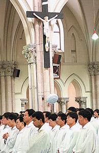 Giovani seminaristi cinesi durante la messa in una chiesa di Shanghai