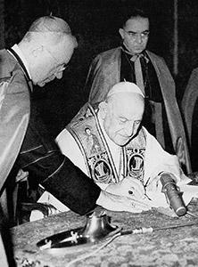 Giovanni XXIII mentre firma la sua ultima enciclica, <I>Pacem in terris</I>, il 9 aprile 1963
