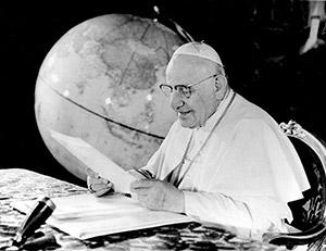 Giovanni XXIII legge un radiomessaggio nel 1962