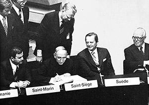 Monsignor Agostino Casaroli, il 1º agosto 1975, in qualità di delegato speciale di Paolo VI, firma a nome della Santa Sede l'Atto finale della Conferenza di Helsinki, occasione in cui nacque la Csce (per l'Italia firmò Aldo Moro)