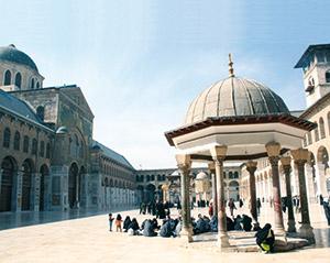 Pellegrini musulmani si riposano presso la Cupola degli Orologi, nel cortile della moschea degli Omayyadi a Damasco