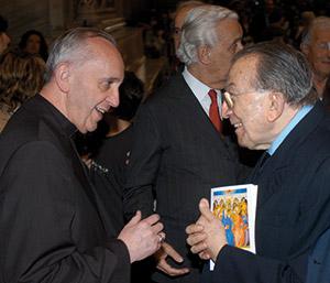 Il cardinale Bergoglio e Andreotti al termine della messa in occasione delle cresime nella Basilica di San Lorenzo fuori le Mura nel 2006