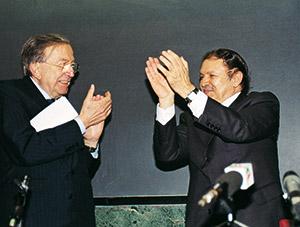 Giulio Andreotti e il Presidente dell'Algeria Abdelaziz Bouteflika, al termine di una conferenza all'Università di Roma nel 1999